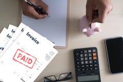 Risparmio della fattura di Bill Paid Payment At Office della fattura del lavoro dell'uomo del primo piano, fattura di finanze immagine stock libera da diritti