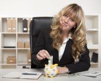 Risparmio felice della donna di affari per il pensionamento Immagini Stock