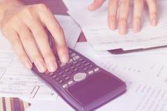 Risparmio, finanze, economia e concetto dell'ufficio Gente di affari che conta sul calcolatore Immagine Stock Libera da Diritti