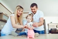 Risparmio nella famiglia immagine stock
