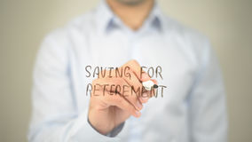 Risparmio per il pensionamento, scrittura dell'uomo sullo schermo trasparente Immagini Stock Libere da Diritti