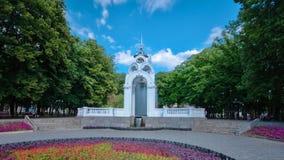 Rispecchi il hyperlapse del timelapse della corrente di vetro o della corrente - il primo simbolo della città di Kharkov stock footage