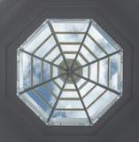 Rispecchi il tetto di costruzione con la nuvola ed il cielo Fotografie Stock