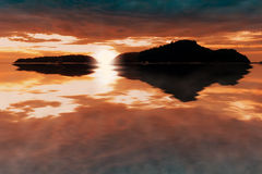 Rispecchi l'alba dal mare fra le due isole Fotografie Stock Libere da Diritti