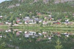 Rispecchi la vista della montagna, i cottage sull'acqua del lago durante il viaggio Immagini Stock
