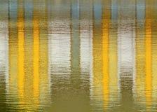 Rispecchiarsi giallo sull'acqua Immagini Stock