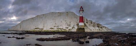 Rispettando luce e scogliera cape sassose - un panorama cucito preso da sotto la casa leggera alla testa sassosa, East Sussex, Re fotografie stock libere da diritti