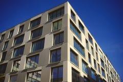 Rispettare una parte anteriore urbana della finestra contro cielo blu fotografia stock libera da diritti