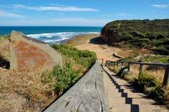 Rispetti lo spirito dell'oceano del segno praticante il surfing vicino ad una spiaggia in Belhi tirano, Victoria, Australia Immagini Stock Libere da Diritti