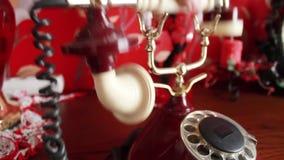 Risponde alla chiamata del telefono rosso della linea terrestre, decollante il tubo di bianco del ` s del telefono archivi video