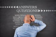 Risponde alle domande sulla lavagna Immagine Stock