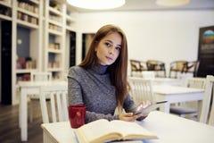 Risposte aspettanti in blogger femminile di talento esperto Fotografie Stock