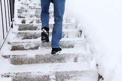 Risque de glissement en montant des escaliers en hiver photos libres de droits