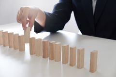 Risque et stratégie de planification dans les affaires, jouant plaçant le mâle en bois de blocs Concept d'affaires pour la croiss photographie stock libre de droits