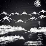 """Risque a ilustração tirada do Natal com montanhas, montes de neve, lua, casa e do """"texto Feliz Natal & do ano novo feliz"""" Fotografia de Stock Royalty Free"""
