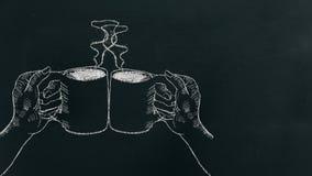Risque a mão que tira duas mãos que guardam o copo de café com vapor e elogios na placa preta perto do lado esquerdo fotos de stock