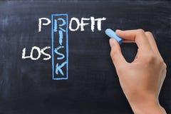 Risque, mots croisé de profits et pertes sur le tableau noir photo libre de droits