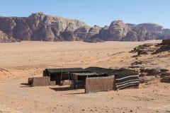Risquez l'hôtel de camping parmi les déserts dans Moyen-Orient photos stock