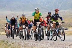 Risquez la concurrence de vélo de montagne photo stock