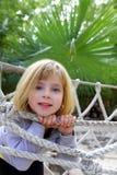 Risquez la petite fille sur la passerelle de corde de stationnement de jungle photos stock