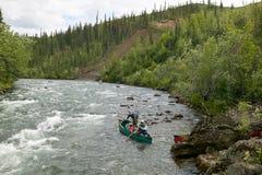 Risquez le canoë-kayak sur la rivière d'Alaska sauvage et à distance Photo stock