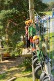 Visiteurs s'élevants en parc d'aventure Photographie stock libre de droits