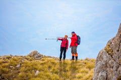 Risquez, voyagez, tourisme, hausse et concept de personnes - couple de sourire marchant avec des sacs à dos dehors photo stock
