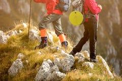 Risquez, voyagez, tourisme, hausse et concept de personnes - couple de sourire marchant avec des sacs à dos dehors photos stock