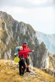 Risquez, voyagez, tourisme, hausse et concept de personnes - couple de sourire marchant avec des sacs à dos dehors photo libre de droits