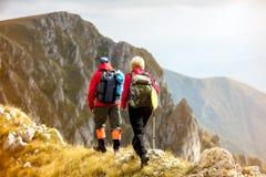 Risquez, voyagez, tourisme, hausse et concept de personnes - couple de sourire marchant avec des sacs à dos dehors images libres de droits