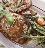 Rissóis do bife de Salisbúria com vegetais fotografia de stock royalty free
