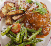 Rissóis do bife de Salisbúria com vegetais fotografia de stock