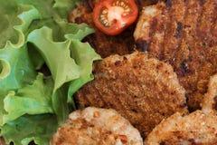 Rissóis grelhados suculentos da carne com vegetais em uma placa foto de stock royalty free