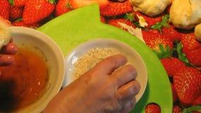 Rissóis no sésamo O cozinheiro Makes Apple Patties com sésamo filme
