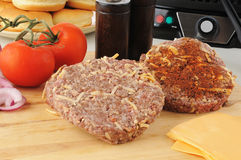 Rissóis temperados do hamburguer prontos para grelhar fotos de stock royalty free