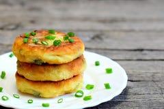 Rissóis vegetais fritados em uma placa Rissóis deliciosos feitos das batatas, de ervilhas verdes, de cenoura e de feijões verdes Imagens de Stock Royalty Free