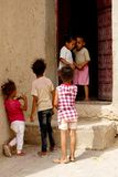 Some children play out the houses of the Berber village of Rissani in Morocco. Rissani in Arabic: الريصاني, Er-Rissani, in Berberi Stock Images