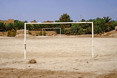 A soccer field in the Berber village of Rissani in Morocco. Rissani in Arabic: الريصاني, Er-Rissani, in Berberi: ⵔⵉⵙⵙⴰⵏⵉ is a city in stock image