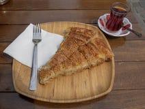 Rissol bosniano famoso com um vidro do chá turco foto de stock