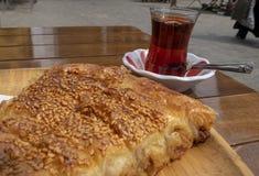 Rissol bosniano famoso com um vidro do chá turco imagens de stock