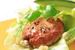 Rissol da carne nas folhas da alface Fotografia de Stock Royalty Free