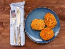 Rissoles ветчины, сыра и картошек на голубой плите на деревенской предпосылке с голубыми салфеткой и крышкой Стоковое Изображение RF