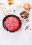 Rissoles мяса в лотке, подготовке на белое деревянном Стоковое Изображение