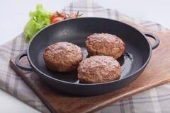 Rissoles мяса на железном лотке Стоковые Фотографии RF