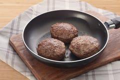 Rissoles мяса на сковороде Стоковое фото RF