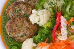Rissoles de viande avec des légumes Photo stock