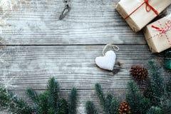 Ristmas apresenta a caixa de presentes e a decoração rústica no fundo de madeira do vintage Fotografia de Stock Royalty Free