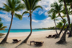 Ristorante all'aperto alla spiaggia. Caffè sulla spiaggia, sull'oceano e sul cielo. Regolazione della Tabella al ristorante tropic Fotografie Stock Libere da Diritti