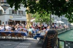 Ristorante all'aperto della disposizione dei posti a sedere sulla via centrale di Lucerna, Switzer Fotografie Stock Libere da Diritti