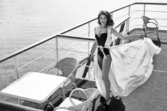 Ristorante castana dell'acqua di mare del bello vestito di seta sexy dalla donna Fotografia Stock